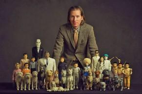 Wes Anderson con los muñecos de Isla de perros.