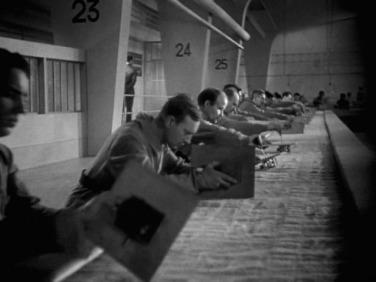 """Se produce una divertida escena que aparece casi igual en la posterior""""Tiempos Modernos"""" de Charles Chaplin de 1936."""